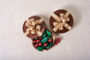Carole uses veneer to add delicate color to her Holiday Bow Boxes (Holiday 2014, Issue 57).